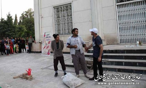 به مناسبت گرامیداشت هفته کار و کارگر: تئاتر خیابانی کارگران مشغول کارند در گرگان برگزار شد.