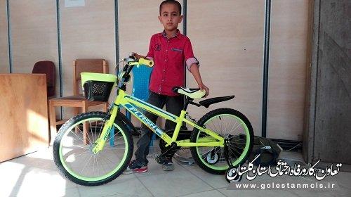 اهدای یک دستگاه دوچرخه به مددجوی کمیته امداد امام خمینی (ره)